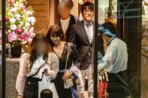 胸元があいたドレス姿の深田と杉本会長