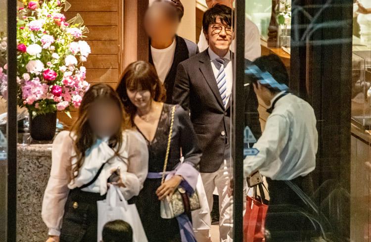 胸元がザックリとあいたドレス姿の深田と杉本会長(写真は2019年)