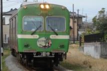 工場地帯を走る静岡県富士市の岳南電車