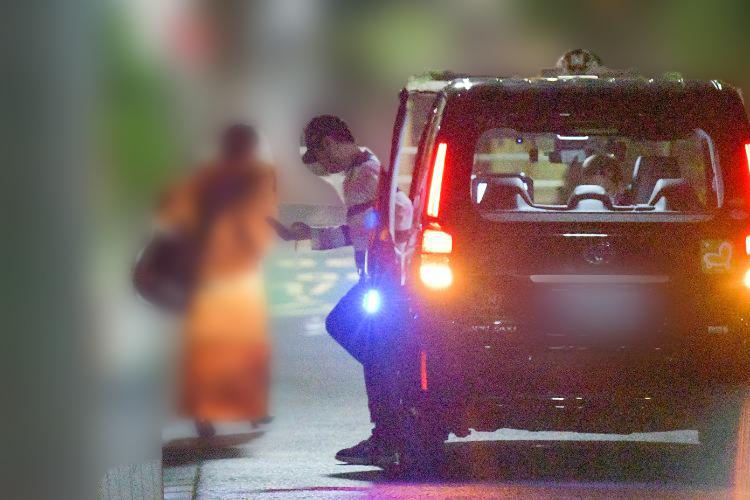 2人はタクシーで井上の自宅へと向かった