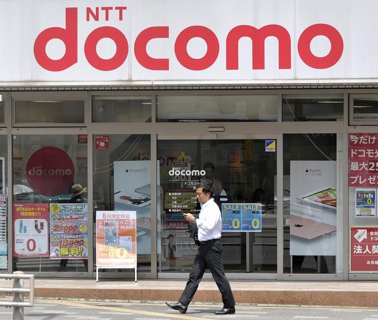 ドコモはショップでの一部サービスの有料化を発表した(時事通信フォト)