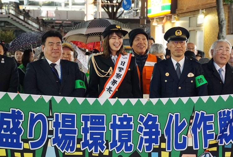 2018年12月にはタレントの稲村亜美さん(左から2人目)が一日警察署長を務め、悪質な客引きを撲滅を訴えた(時事通信フォト)