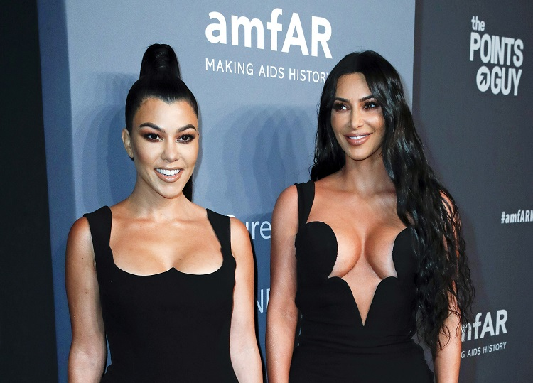 カーダシアン姉妹のコートニー(左)とキム(EPA=時事)