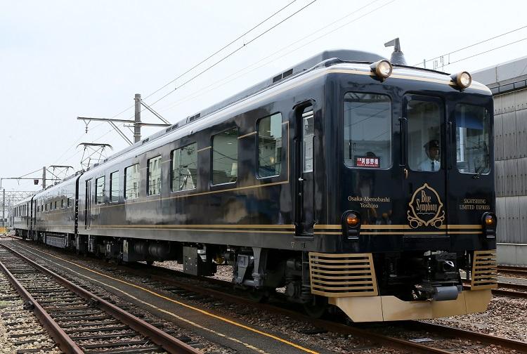 大阪と奈良・吉野を結ぶ近鉄の観光特急「青の交響曲」(時事通信フォト)