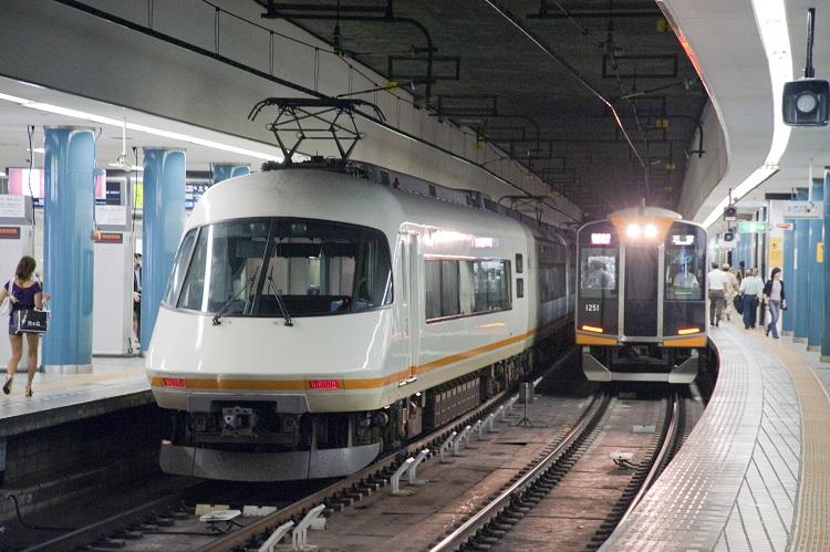 近畿日本鉄道21000系特急・アーバンライナーplus(左、時事通信フォト)