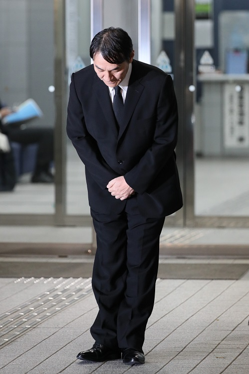 保釈され、警視庁東京湾岸署前で頭を下げるピエール瀧(時事通信フォト)