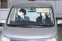 沢尻エリカ容疑者を乗せ送検のため警視庁東京湾岸署を出る車(時事通信フォト)