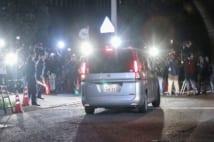 報道陣が待ち構える中、警視庁東京湾岸署に入る沢尻エリカ容疑者を乗せた車(時事通信フォト)