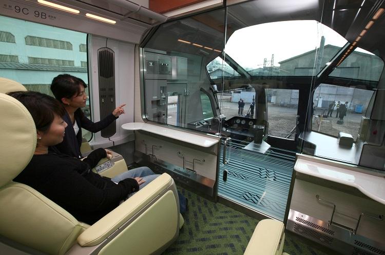 近鉄特急「しまかぜ」の展望車両(時事通信フォト)