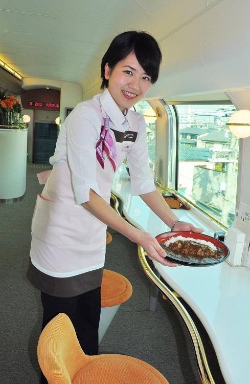 「しまかぜ」カフェ車両で松阪牛カレーをどうぞ(時事通信フォト)