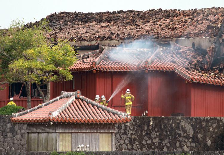 沖縄のシンボルが一夜で焼け落ちた(時事通信フォト)