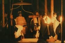 前回の大嘗祭。白い祭服姿の上皇陛下が菅笠をさしかけられ悠紀殿に向かわれる(時事通信フォト)