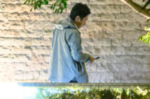 携帯片手に歩く進次郎