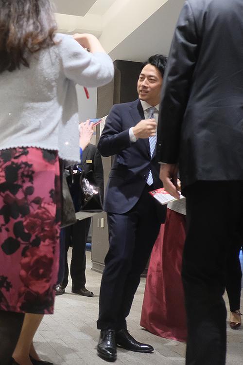 囲まれる進次郎氏