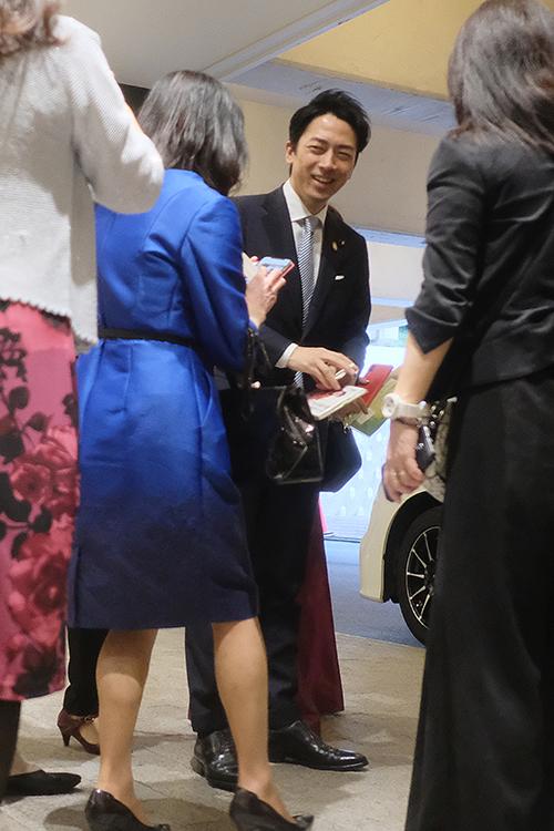 笑顔を見せる進次郎氏