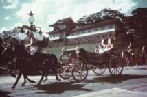 1959年のご成婚を祝うパレードの馬車も二重橋から出発した