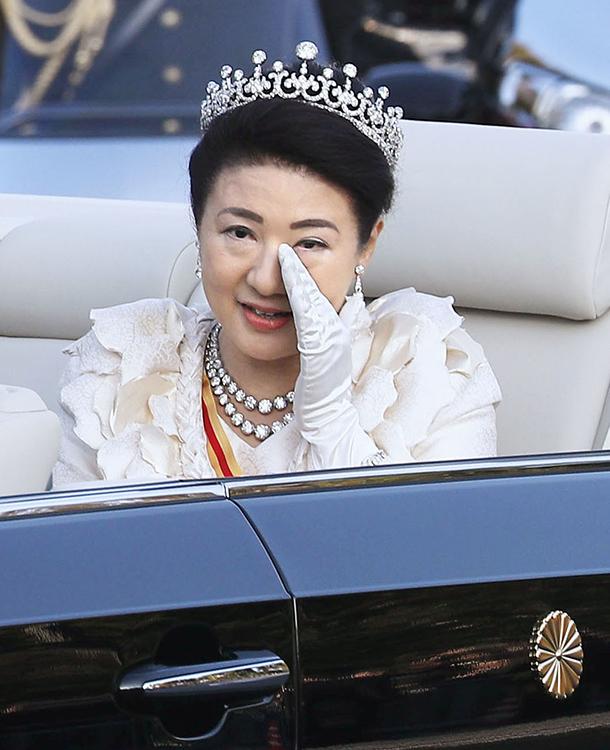 即位パレードにて、涙をためられた雅子さま(共同通信社)