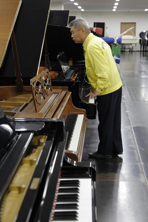 竹本功一会長自らピアノを入念にチェック