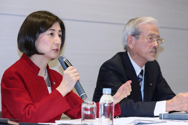 大塚家具の大塚久美子社長(左)とヤマダ電機の山田昇会長(時事通信フォト)