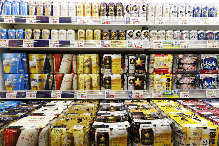 酒税改正で激戦が予想されるビール市場(時事通信フォト)
