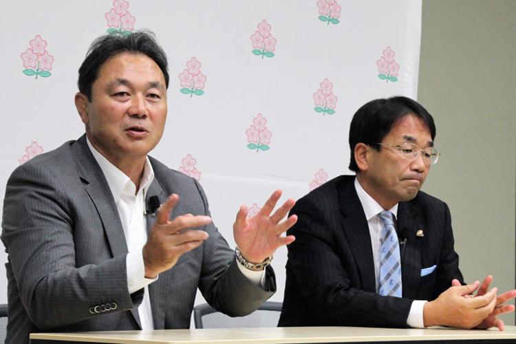 日本ラグビー協会の清宮克幸副会長(左/時事通信フォト)