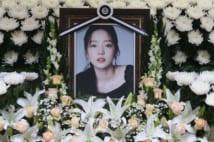 ク・ハラの死を悼みソウル市内の病院に設けられた祭壇(AFP=時事)