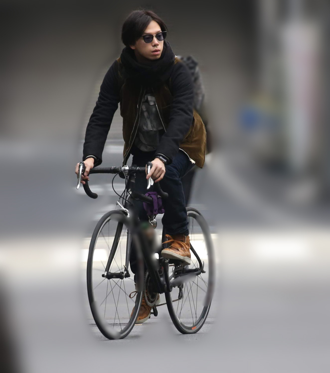 沙也加が出た約5分後、秋山は自転車で颯爽と出発