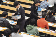大学入試センター試験で、受験生にリスニング用の機器を配布(共同通信社)