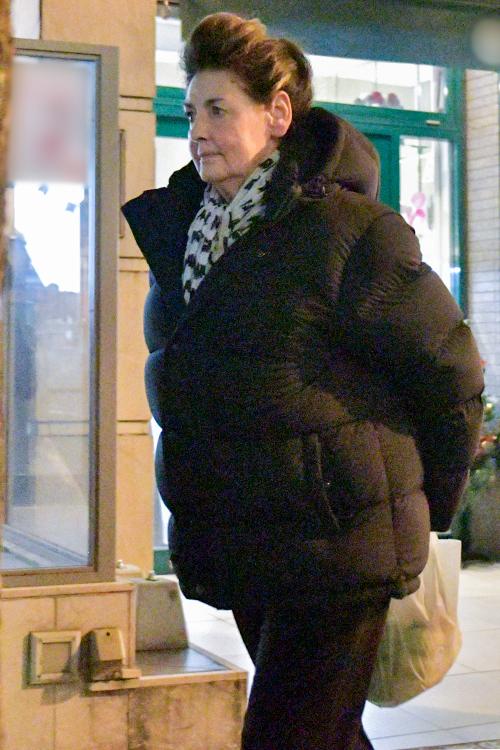 黒のダウンジャケットで暖をとる