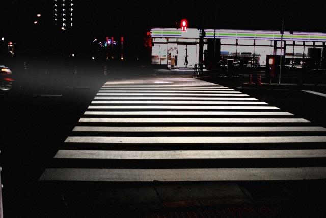 郊外で夜も明るいのはヤンキーたちも群がるコンビニかファミレス(イメージ)
