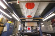 染め上げられた「日の丸」は高温ボイラー式乾燥機を通過し、短時間で乾燥