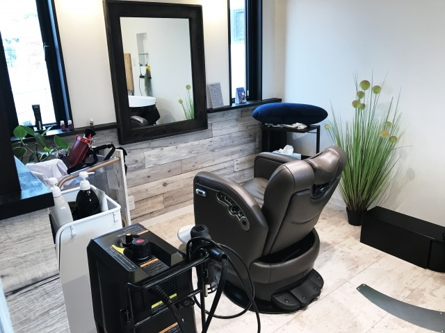 メンズメイクをサービスに加える美容室も増えつつある(イメージ)