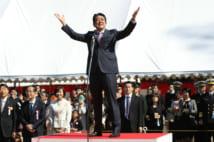 主催した「桜を見る会」であいさつする安倍晋三首相(時事通信フォト)