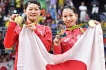 リオ五輪バドミントン女子ダブルス金メダルの高橋礼華選手(左)と松友美佐紀選手(時事通信フォト)
