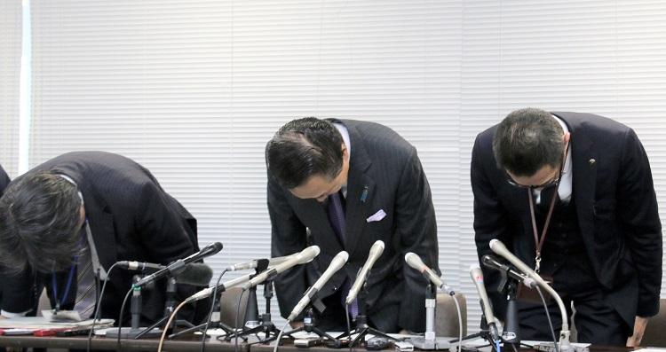 県庁のハードディスクが転売された問題で、頭を下げる神奈川県の黒岩祐治知事(中央)ら(時事通信フォト)