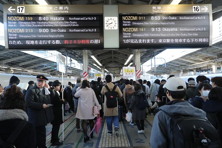 帰省客で混雑する東京駅(時事通信フォト)