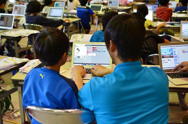 2020年必修化を見越して2016年に開催された小学生向けプログラミング教室(時事通信フォト)