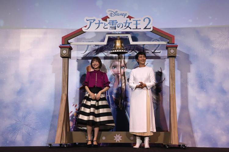 大ヒット記念イベントで笑顔を見せる沙也加(左)と松たか子(42才)