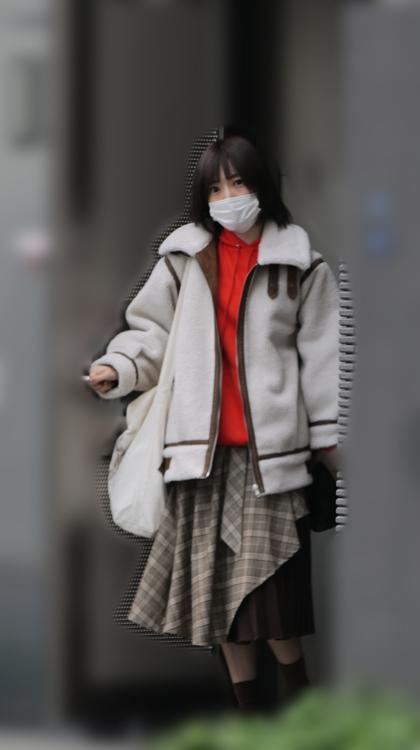 周囲を警戒し、秋山のマンションを出る沙也加。そのまま歩いて帰宅した