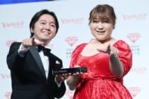 「Yahoo!検索大賞2019」の「お笑い芸人部門賞」を受賞したりんごちゃん(右)
