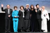 映画の舞台挨拶に立つ山田監督(中央)と出演者ら