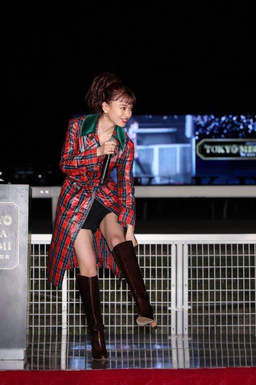 「東京メガイルミ2019-2020」のオープニングイベントに登場した山本舞香