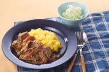 「丸子中央病院のスペシャルカレー」は、先に具材をオーブンで加熱することで旨みを凝縮。その後の煮込みもグッとラクになる(レシピ詳細は書籍に掲載)