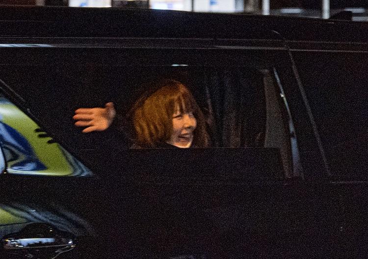 車から笑顔で手を振って去っていく