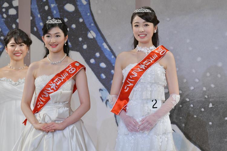 今年のミス日本グランプリに輝いた小田安珠さん(右)と昨年グランプリの度會亜衣子さん