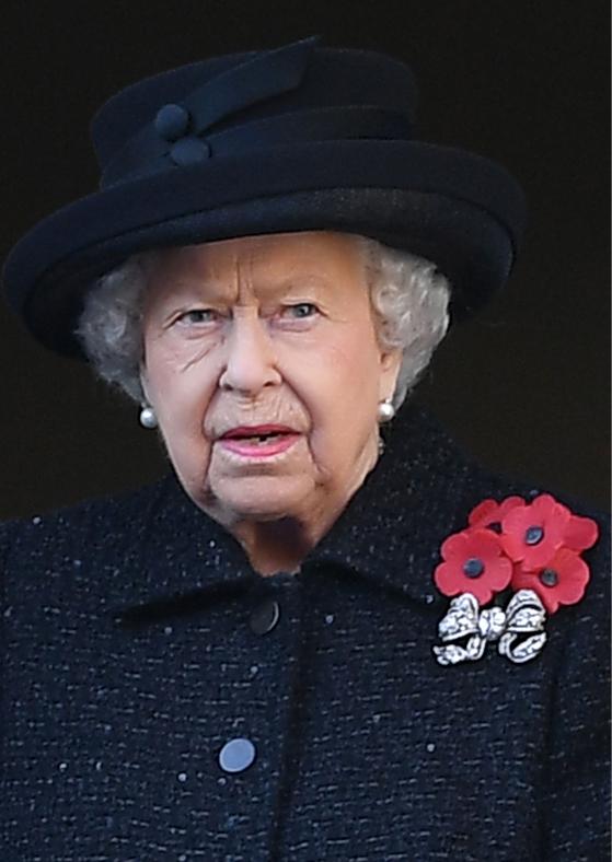 女王への非礼は最悪の過ちとの厳しい報道も(時事通信フォト)