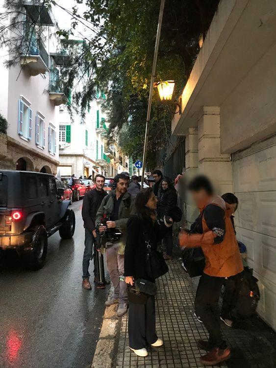 ゴーン氏の自宅前では日本人記者が海外メディアから取材される姿が見られた