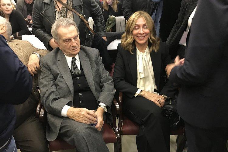 会見場ではキャロル夫人の父(左)の姿もあった