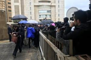 会見に入れなかったメディア関係者も大勢集まった