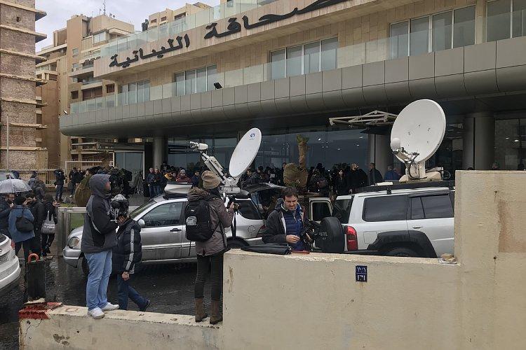 会場前は多くの報道陣でごった返していた